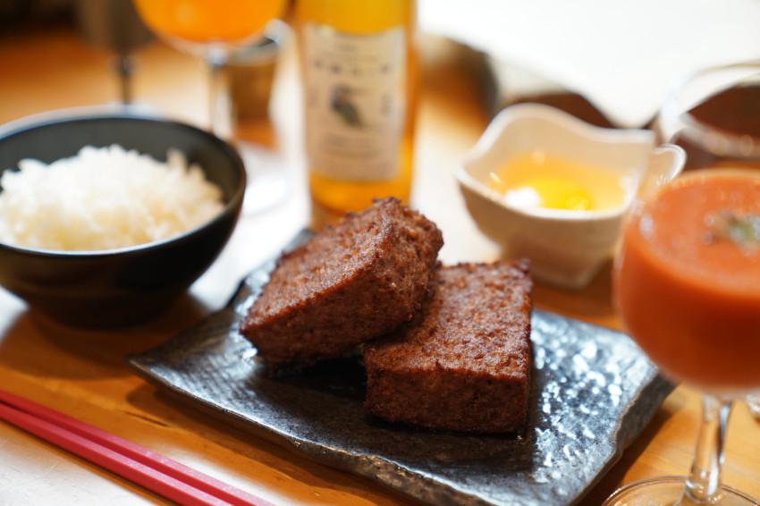 你吃過四方形漢堡排嗎?運用分子料理技術,黑毛和牛漢堡排,高科技和食漢堡排「歡喜之牛」插旗東京港區!