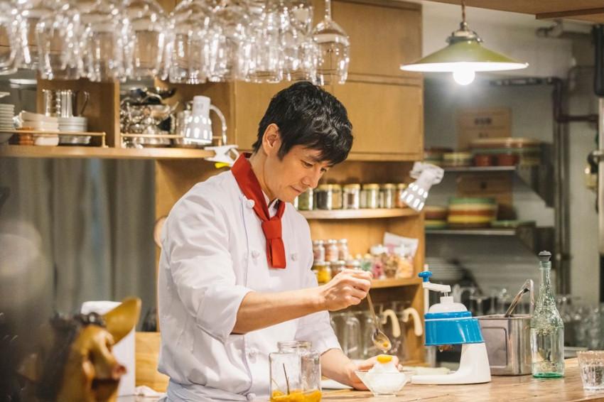 西島秀俊化身《名偵探主廚》解謎,每天都在同一地點拍攝笑稱「以為真的在餐廳上班」!