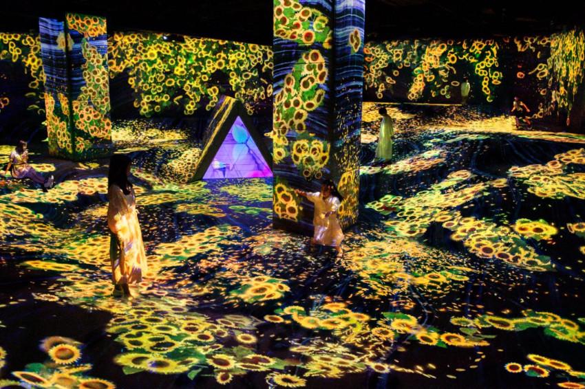 超人氣藝術團隊teamLab夏季限定展登場!福岡teamLab Forest推出滿山滿谷的向日葵花海,超夢幻景色隨手一拍都是美照!