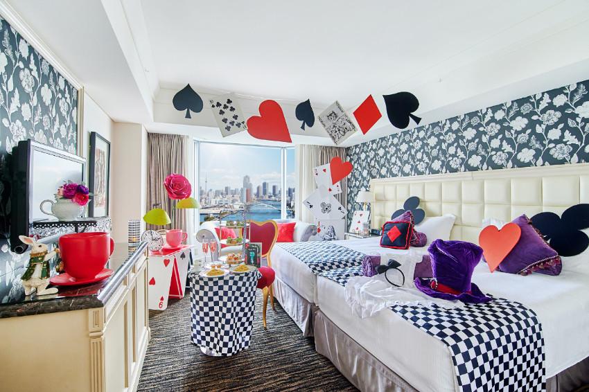 前進不可思議王國!東京灣洲際飯店推出「愛麗絲夢遊仙境主題房」,滿滿奇幻元素伴你入眠