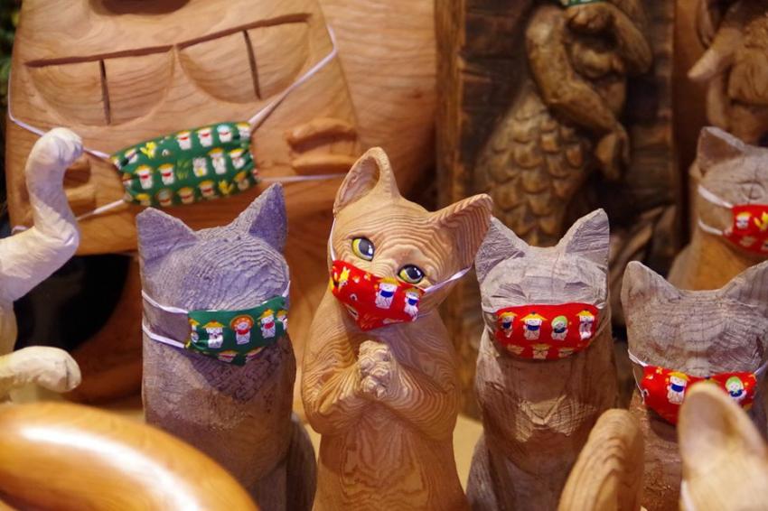 貓奴絕對失心瘋!日本「雲林寺」激萌木雕貓咪,戴上口罩齊防疫!